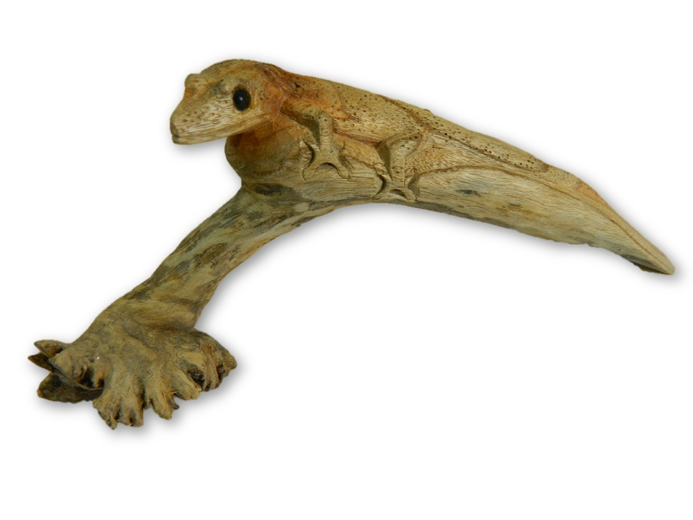 Hand Carving Wooden Gecko In Parasite Wood